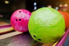Två kulöra bowlingklot av nummer 6 och 7 Ungeboll för bowli Royaltyfri Fotografi