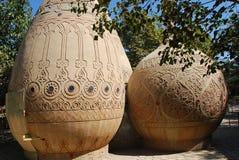 Två kupoler med prydnader på jordningen i Bukhara Royaltyfri Bild