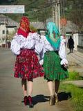 Två kvinna i traditionella rumänska klänningar i Maramures, Rumänien Arkivfoto