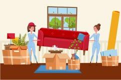 Två kvinnaarbetare bär en röd soffa Flyttande askar i nytt hus Husvardagsruminre H?g av staplade kartonger royaltyfri illustrationer