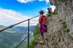 Två kvinnafotvandrare som går i bergen arkivbild