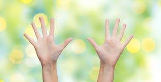 Två kvinnahänder som gör höjdpunkt fem över blå himmel Arkivfoton