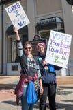 Två kvinnapersoner som protesterar Fotografering för Bildbyråer
