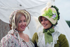 Två kvinnareenactors på Borodino slåss historisk reenactment i Ryssland Royaltyfri Fotografi