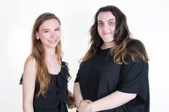 Två kvinnavänner med den olika kroppen formar tillbaka för att dra tillbaka Royaltyfri Fotografi