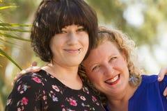 Två kvinnavänner som delar tid och utrymme Arkivbilder