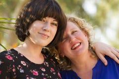Två kvinnavänner som delar tid och utrymme Royaltyfria Foton