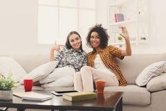 Två kvinnavänner som gör selfie på mobil fotografering för bildbyråer