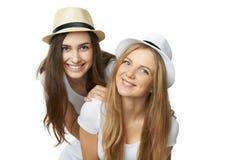 Två kvinnavänner som har gyckel. royaltyfri bild