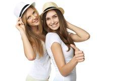 Två kvinnavänner som har gyckel. Arkivfoto