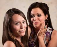 Två kvinnlig Gossping Arkivfoton