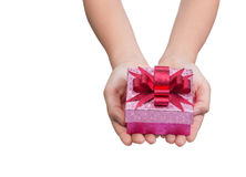 Två kvinnliga händer som rymmer asken av gåva Fotografering för Bildbyråer