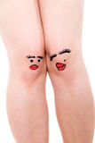 Två kvinnliga knä med framsidor som isoleras Royaltyfri Foto