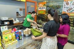 Två kvinnliga kunder som beställer mat på kassörskan i en reastaurant filippin arkivbilder