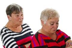 Två kvinnliga pensionärer i tvist Royaltyfria Foton