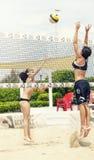 Två kvinnliga strandvolleybollspelare Attack och försvar Arkivfoto