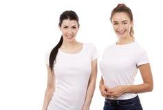 Två kvinnliga vänner på vit bakgrund Arkivfoto