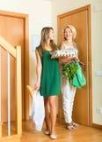 Två kvinnliga vänner som hem kommer Fotografering för Bildbyråer