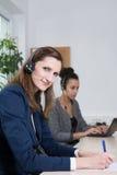 Två kvinnor arbetar i kontoret Fotografering för Bildbyråer