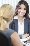 Två kvinnor eller affärskvinnor i regeringsställning som möter Arkivbild