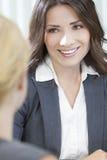 Två kvinnor eller affärskvinnor i regeringsställning som möter Arkivfoto