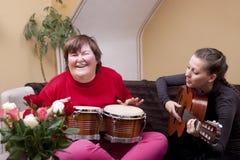 Två kvinnor gör en musikterapi arkivbild