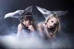 Två kvinnor gillar siren Arkivbild