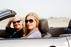 Två kvinnor i cabriolet Arkivbild