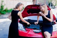 Två kvinnor i den brutna bilen fotografering för bildbyråer