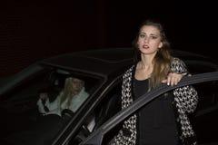 Två kvinnor i en bil Arkivfoto