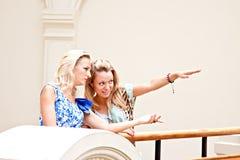 Två kvinnor i en köpcentrum royaltyfri foto