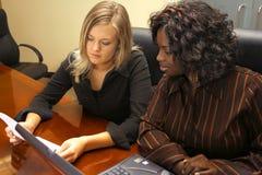 Två kvinnor i ett möte Arkivbild