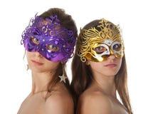 Två kvinnor i karnevalmaskeringar Arkivfoto