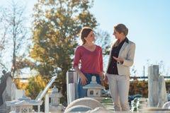 Två kvinnor i lagret som säljer naturstenen Royaltyfria Foton