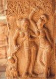 Två kvinnor med barnanseende på stenlättnad av 7th århundradetempel i Pattadakal, Indien Lokal för Unesco-världsarv Arkivbilder
