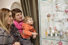Två kvinnor med barnet i museum Royaltyfri Bild