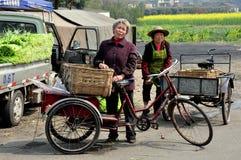 Pengzhou Kina: Två kvinnor med cykelvagnar Arkivbild