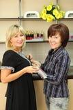 Två kvinnor med prövkopior för manicure spikar Arkivbilder