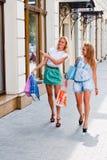 Två kvinnor med shopping fotografering för bildbyråer