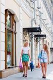 Två kvinnor med shopping Arkivbild