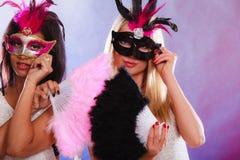 Två kvinnor med venetian maskeringar för karneval Royaltyfria Bilder