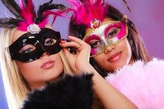 Två kvinnor med venetian maskeringar för karneval Arkivfoton