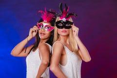 Två kvinnor med venetian maskeringar för karneval Royaltyfri Fotografi