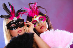 Två kvinnor med venetian maskeringar för karneval Royaltyfria Foton