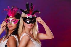 Två kvinnor med venetian maskeringar för karneval Royaltyfri Foto