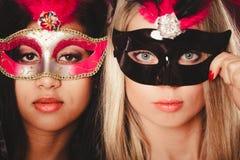 Två kvinnor med venetian maskeringar för karneval Royaltyfri Bild