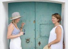 Två kvinnor på en medelhavs- by royaltyfri fotografi