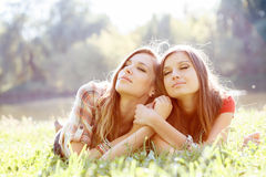 Två kvinnor på gräs Fotografering för Bildbyråer