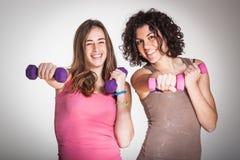 Två kvinnor på idrottshallen Royaltyfria Foton