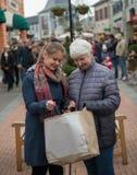 Två kvinnor på shoppinggatan Arkivfoton